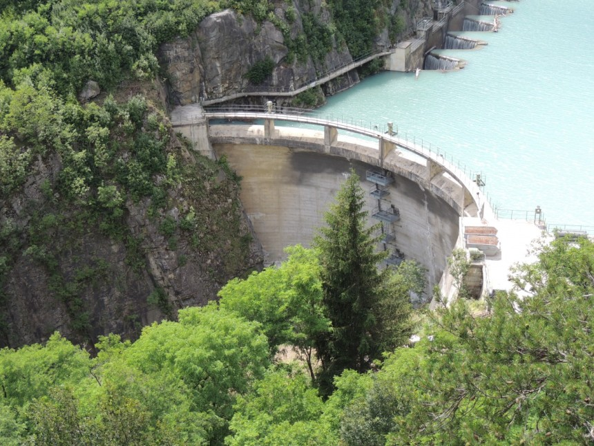 Dams like this change the flow regimes of rivers, and prevent some species from accessing their spawning grounds, lowering population viability. But is removing them completely danger-free? (